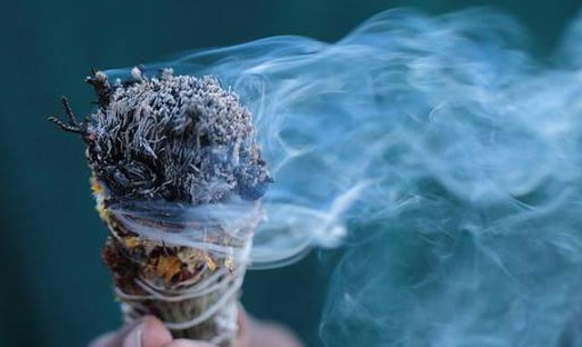 Rituel de purification avec la sauge