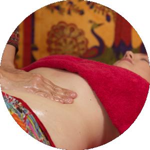 soin-energetique-femme-massage-ventre-emotions